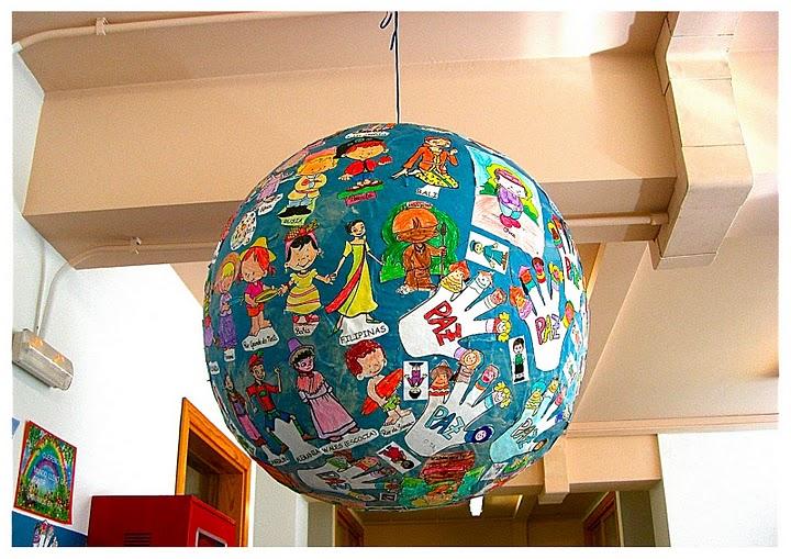 bola en concreto la han decorado con personas de todo el mundo